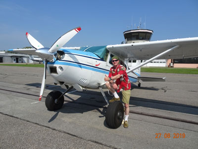 Earthrounder Stefan Mommertz with his airplane